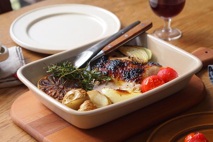 ヒュッテ ホワイト / STUDIO M(スタジオエム)  バットのような大きな耐熱皿は、オーブン料理を作りたいならぜひ持っておきたい一枚。熱々をそのままテーブルに出せ、料理の華やかさを引き立ててくれます。みんなで取り分けている間も、料理の話で盛り上がれそう!角が丸くなっているので、スプーンですくいやすくなっているのも嬉しいポイントです。