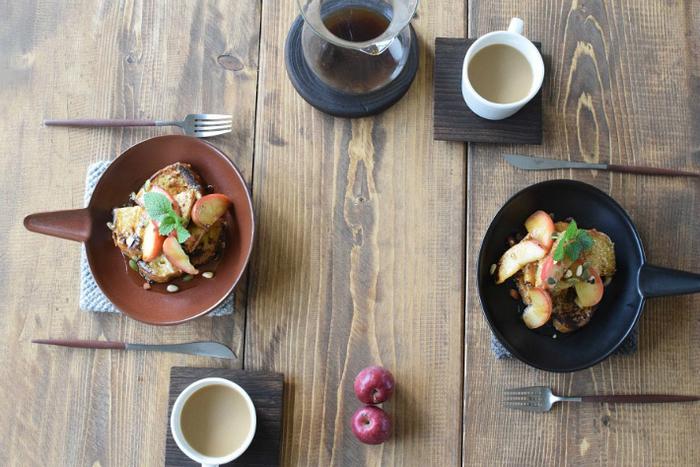 デザートも綺麗に盛りつければ、カフェのような空間にも。黒と茶の落ち着いた2色から選べます。
