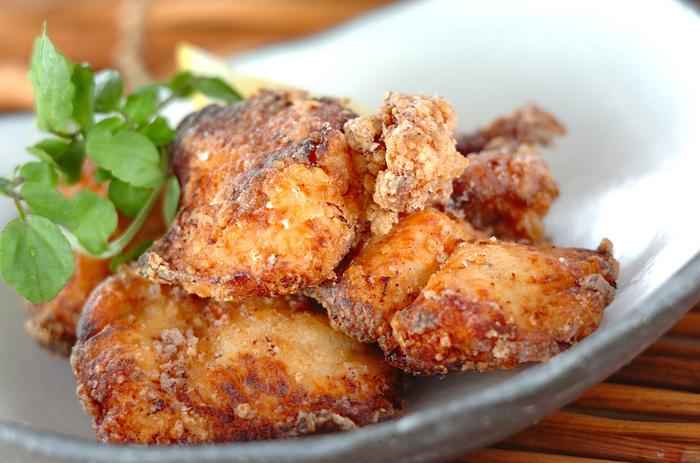 塩麹につけた鶏むね肉で作る「しっとり唐揚げ」も、お弁当にうれしいおかずの1つです。塩麹には前日につけておきましょう。焦げやすいので低めの温度で揚げるのがコツです。