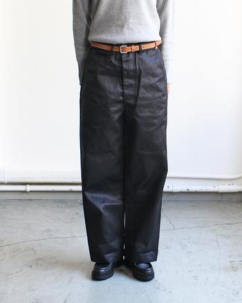こちらは「Vintage Fit アーミートラウザー」。US ARMYのパンツをベースにデザインされています。 アーミーテイストですが、ゆったりワイドなつくりなので、女性らしいアイテムとの相性もぴったりです。