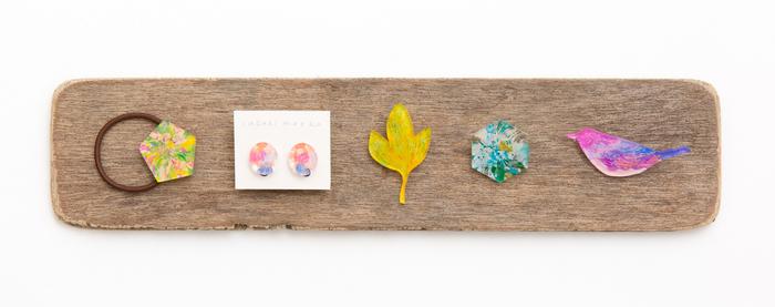 思わず見入ってしまう可愛さ! アクリル板の土台にアクリル絵具で着彩した鈴木萌子さんのアクセサリーは、色彩と光がキラキラ踊るような透明感が特徴。 軽やかなつけ心地も魅力です。