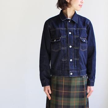 「 2Pocket Denim Jacket」は、絶妙な丈感でいろんなコーディネートができそうなデニムジャケット。着ていてストレスを感じないよう柔らかくするために、しっかりと目を詰まらせて編み込まれているのだそう。デニムの風合いの変化を長く楽しめるアイテムです。