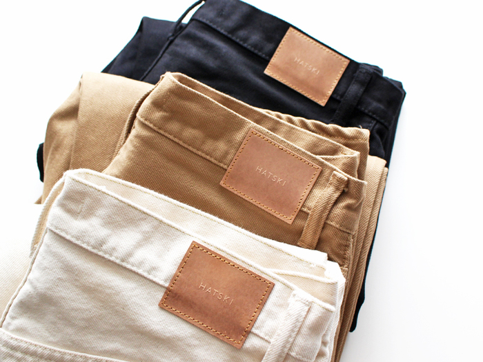 「HATSKI(ハツキ)」はデニムを中心としたファッションブランド。やわらかいデニムの素材で、職人さんの手で丁寧に縫製されたデニムアイテムをリリースしています。