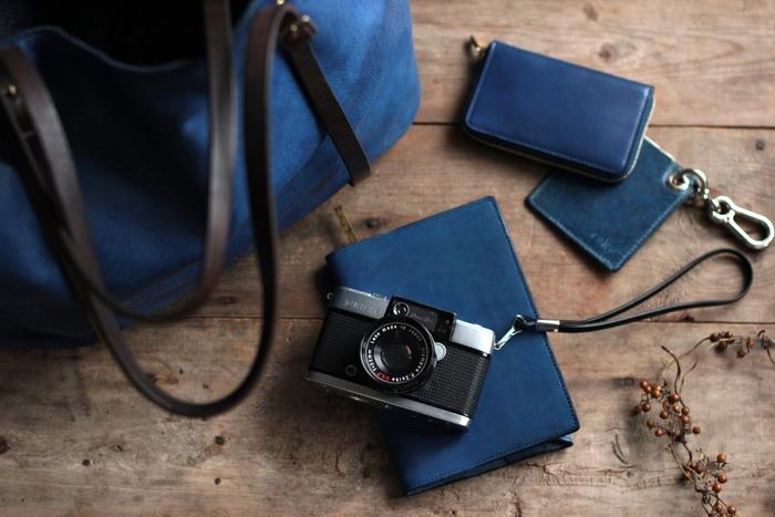 革を天然染料のみで染色し、様々な革製品を作っているenku 原田賢一さん。 長年研究を続け、染め重ねてうまれた藍染革の青が美しいですね!