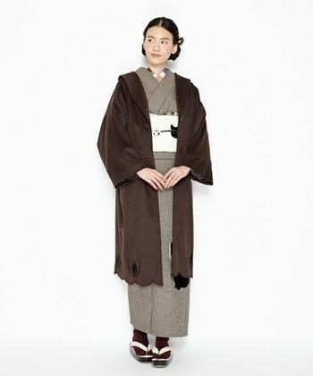 毎日着物を着る生活をしている人は少ない現代。いかにも「着物用です」というコートを買うのは、少し勿体ないなと思ってしまいます。そんな女性の意見が反映されてか、洋服とも合わせられそうな着物洋服兼用コートが売られるようになりました♪