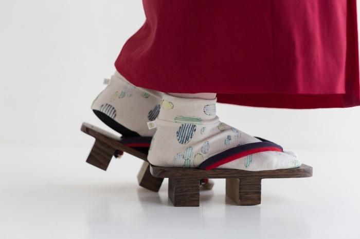 重ね着が楽しい秋冬着物は、足袋とのコーディネートにも幅ができて嬉しいですね。半襟も足袋も、普段はあまり冒険せずに白で済ませてしまうことが多い方も、この季節は色物にチャレンジするのにピッタリ♪前述の薄手タビックスの上に重ねて履いてみては?