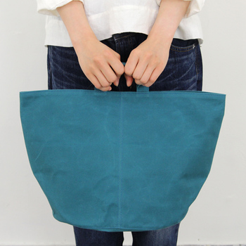 バッグや布製の雑貨などを取り扱う日本のブランド「ateliers PENELOPE(アトリエペネロープ)」のシリンダーバッグ。使いやすい絶妙な色のバリエーションに、独特の形も人気のトートバッグです。