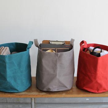 シリンダーバッグはバケツ型をしており、持っている時や置いた時、その時々で表情のある愛着の持てるデザインが特徴です。内側にジップポケットもあって、機能性も抜群。