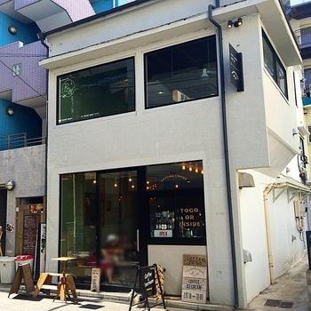 新日本橋駅から徒歩3分、大通りから一本入った飲食店が軒を連ねるエリアにあるコーヒーショップです。平日はサラリーマンやOLが中心で、土日になると遠方から来る方も。行列ができるほどの人気店です。