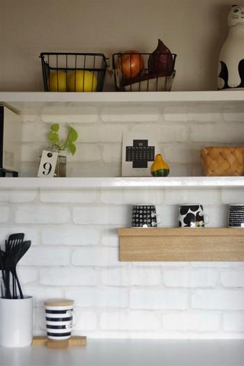 美しい白い陶器のスタンドをセレクトするだけで、こんなにおしゃれに。棚に並ぶその他のものも、雑然と置かず、統一感をもって配置することで、キッチン全体が洗練された印象になります。