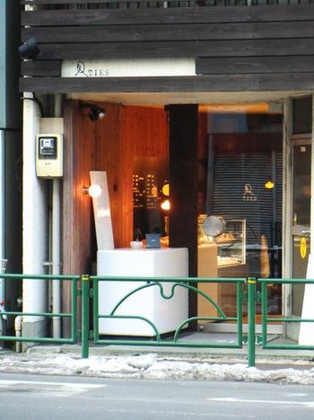 本郷三丁目駅から湯島方面に歩いて5分。深煎りのネルドリップコーヒーと、種類豊富なケーキが楽しめるお店です。