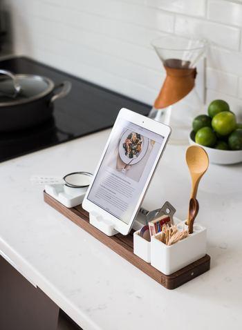 海外のおしゃれなレシピを参考に料理作り。iPadと一緒にちょっとしたキッチンツールを立てて収納できるスタンドを並べて。キッチン=趣味のスペースにも見えてきますね。