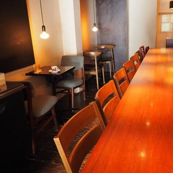 照明を落とした落ち着いた内装です。6名ほどが座れるカウンターテーブルに2人掛けのテーブルが2組の小さめの店内は、平日・土日問わず多くの方で賑わっています。