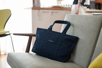 内側には、ファスナー付きポケットが1つとファスナーなしのミニポケットが2つあり、細かいものも取り出しやすくて便利!バッグはファスナー開閉なので、安心感も抜群です。