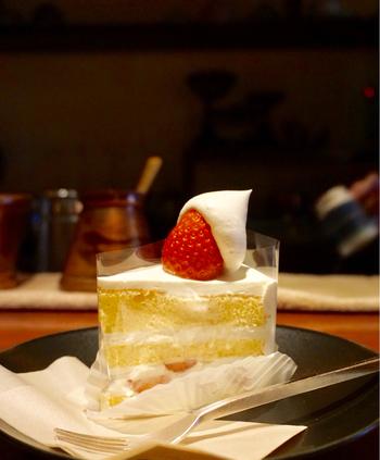 ケーキは常時6種類ほど。王道のショートケーキは、苺の上に乗った可愛らしいホイップクリームに心躍ります。甘酸っぱい苺とクリームの程よい甘さで飽きなく食べられます。季節限定のケーキもあるので、繰り返し足を運びたくなりますね。