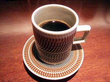 コーヒーは注文を受けてから一杯ずつ丁寧にネルドリップで抽出されます。流行の浅煎りのコーヒーとは間逆の深煎りでキレのあるコーヒーは、ケーキとのバランスも考慮された拘りの感じる一杯です。
