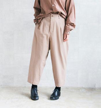 こちらの「ボア―パンツ」は、なんとイノシシのイメージで生まれたパンツ。股下はふんわりゆったり、そして足首に向けてしゅっと細くなっていきます。タックやポケットなどの綿密なデザインで、スタイリッシュな仕上がりです。