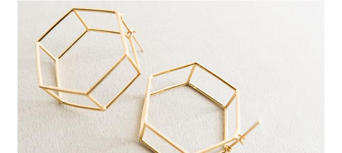 繊細につくられた六角形がモチーフのこちらは「Pierce LINE HEXAGON」、ヘキサゴン型ゴールドピアスです。華奢だけれど、耳元に飾ると存在感のあるアクセサリーです。