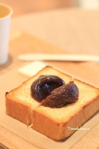 香ばしく焼き上がったトーストにこしあんが添えられた「あんトースト」は、このお店の代名詞的な存在になっています。