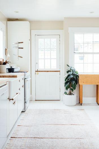 ナイフラックを壁に取り付ければ、省スペ―スに収納できます。棚の中にしまうより、通気性がよいので衛生的かもしれませんね。ナチュラルなホワイトのキャニスターにキッチンツールを無造作に入れて。キッチン周りを白を基調にまとめることで優しい雰囲気に仕上がっていますね。
