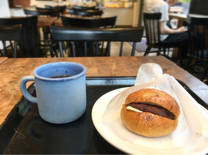 全粒粉を使用したあんバターパンは、もっちりとした歯ごたえと優しい甘さのあんこ、塩気のあるバターの絶妙なバランスで飽きなく食べることができます。こちらのお店で提供しているのは、さっぱりとしたドリップコーヒー。あんバターパンはドリップコーヒーは勿論、ミルク感をしっかり感じるカフェラテと合わせても美味しくいただけます。気分で選んでみてください。