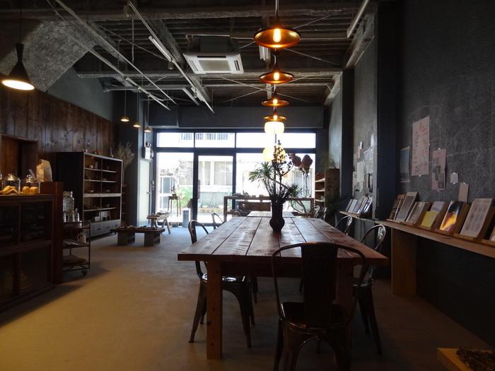 開放感のある高い天井とゆとりある席数。拘りのある空間はどこか異世界に紛れ込んだよう。静かな店内で読書を楽しむお客さんも多いです。