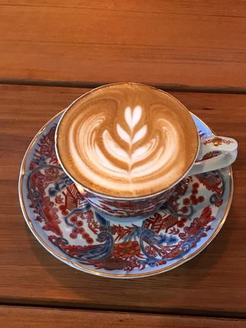 古伊万里の陶器で提供されるラテは、このお店の人気メニュー。深煎りのコクのあるコーヒーは焼き菓子との相性抜群です。
