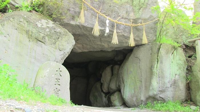 「大王農場」の名前の由来でもあり、大王農場の守護神としてわさび田を守りつづける八面大王が最後にたてこもったと伝えられている、宮城の岩屋を再現した「大王窟」。隣には、七福神が祀られている「開運洞」もあります。