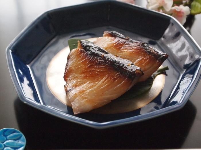 おせちにも使える「ぶりの西京焼き」は、味噌床につける時にひと工夫するだけで、焼いたときに焦げにくくなります。副菜も和風のもので揃えたいですね。