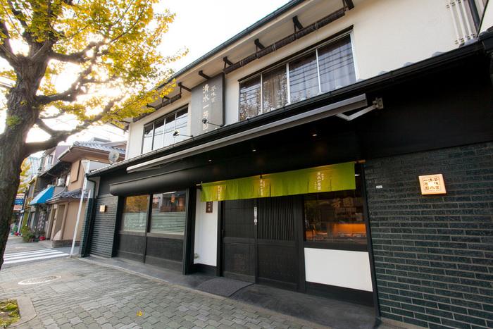 京阪本線 七条駅から歩いて10分。三十三間堂や国立博物館の近くにあります。2012年にお茶問屋がお茶業界の活性化を目的として開いたお店で、店主が選んだ高品質な素材を使用した、お茶本来の滋味深いスイーツがいただけます。