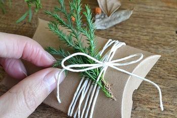 そこに麻の紐や、カラー紐をプラスして、モミの木などのボタニカルを添えれば……♪