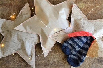 靴下やちょっとした贈り物を星形に切ったペーパーに挟み、端をミシンで縫ってしまう驚きのラッピングテクニック!貰う側も開ける時のワクワクをいつもの倍味わえちゃう素敵なアイデアですね。