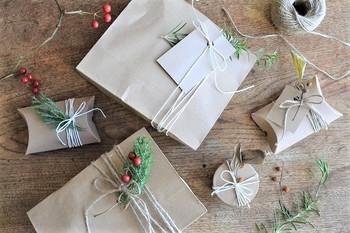 一気にクリスマスモード満点のラッピングになりますね!ちょっとした贈り物や意中の方へのプレゼントにも、ナチュラルでシンプルイズビューティーなクリスマスを演出できます。