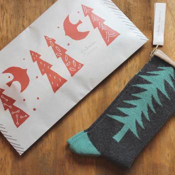 とっても可愛い包装紙。そんな包装紙がなくても、お手持ちのスタンプの色を変えて押したり、イラストを描いたりすれば、立派なクリスマス気分を演出できるラッピングに早変わり。可愛い包装紙はイメージとして頭に入れておくと役に立ちますよ。