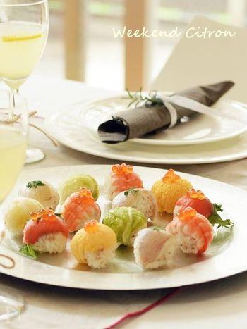 色合いも可愛い手まり寿司は、ラップを使えば手も汚さず衛生的かつ簡単に作ることができるんですよ。女子会などではおしゃべりも存分に楽しみたいので、一口サイズの小さ目に作るのがベターです。