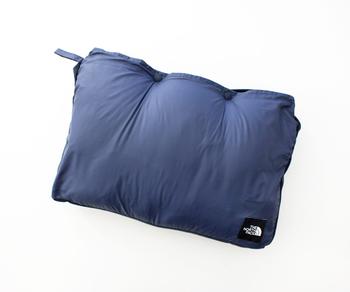 本体を腹部裏側のポケットに収納すれば、ご覧の通りコンパクトに持ち運べます。枕やクッションとして使うのもアリ◎!1枚あると何かと重宝しますよ。