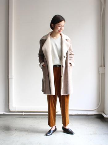 美しいシルエットと高級感ある佇まいが魅力の1枚。本物さながらの雰囲気を表現したフェイクムートンのコートです。内側はボア素材であたたかく、軽いので気軽に羽織れます。  様々なシーンで着られるのも魅力的。ちょっとしたお呼ばれコーデからカジュアルコーデまですんなり馴染んでくれます。デニムにさらっと合わせるだけでも様になりますよ。