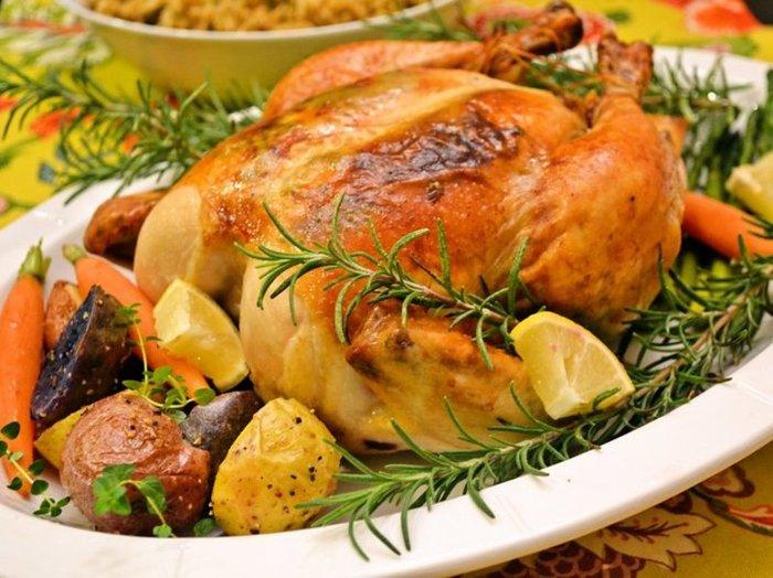 下ごしらえはもちろん、オーブンにかけたら30分おきに肉汁をかける本格的なレシピ。少し手間はかかりますが、その分、テーブルに乗ったときの歓声は嬉しいもの♪焼く時に生のセージを敷いて焼くと、綺麗な模様が入ったように焼けるのだとか。