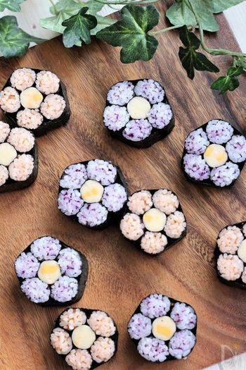 細巻を更にまとめてお花に仕立てた飾り巻き寿司は、作り方はとっても簡単ですが、さらっと並べておくだけで華やかでとってもフォトジェニック!老若男女に喜ばれる巻き寿司です。