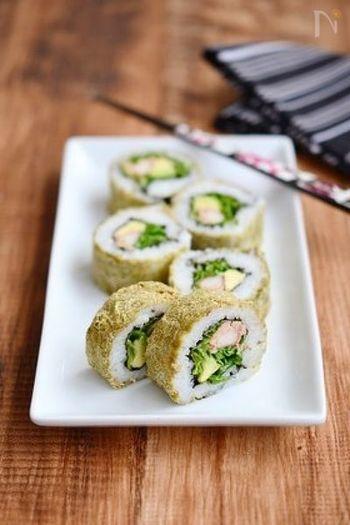 海苔じゃなく、とろろ昆布を巻いて作ったとろろ昆布のロール寿司は、とろろ昆布の塩味が効いて、何もつけなくてもとっても美味しい!