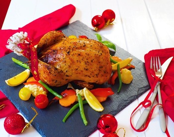 お子さまがいるおうちにおすすめなのは、お腹にチキンライスが入ったローストチキン。お肉はもちろん、鶏の旨味がたっぷり染みこんだチキンライスがたまりません!