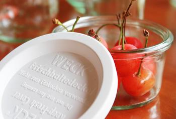 ガラスのフタ以外に、プラスチックのフタやゴムパッキンなどもありますので、用途に合わせて使い分けるのも良いですね。  耐熱ガラスではないですが、急冷・急熱を避けて耐熱温度差80℃以内でご使用いただければ、湯せんはもちろん、オーブンや電子レンジ、また食器洗い乾燥機などの使用も可能です。保存する際には、熱々のものをいきなり入れないように注意しましょう。