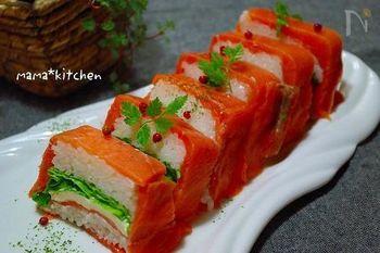 一見難しそうですが、押し寿司の型に、最初にサーモンを敷いてから作ればとっても簡単にできてしまいますよ!色彩も綺麗で様々なイベントごとでも活躍してくれるレシピです。