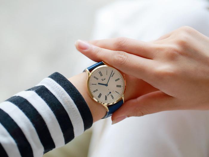国内外のデザインウオッチを数多く取り揃えている腕時計専門店「TiCTAC」でしか手に入らない限定モデルもあります。深みのあるネイビーのレザーベルトに、ゴールドのケースが知的でおしゃれなオリジナルデザインモデルです。