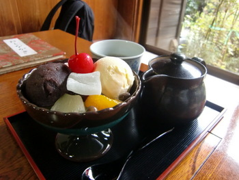 無心庵では、通りすぎる江ノ電を見ながら、あんみつや、みつまめ、ジャコご飯やひじきご飯などを頂くことができますよ。