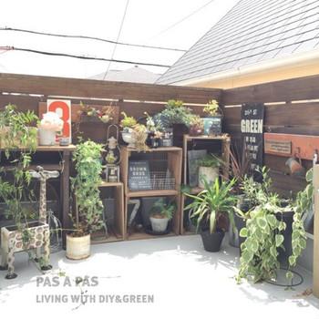 木製の木箱を縦に積み上げ、上への空間を演出!ナチュラルな雑貨や、多肉植物などをディスプレイすれば、お洒落な雑貨屋さんみたいな雰囲気ですね。ベランダに居る時間が楽しくなりそう!