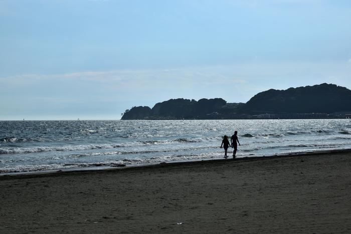由比ヶ浜と言えば真っ先に浮かぶのが、由比ヶ浜海岸です。由比ヶ浜駅はとっても小さな駅ですが、海水浴シーズンはとってもにぎやかになります。この駅から徒歩5分弱で海に到着することができますよ。