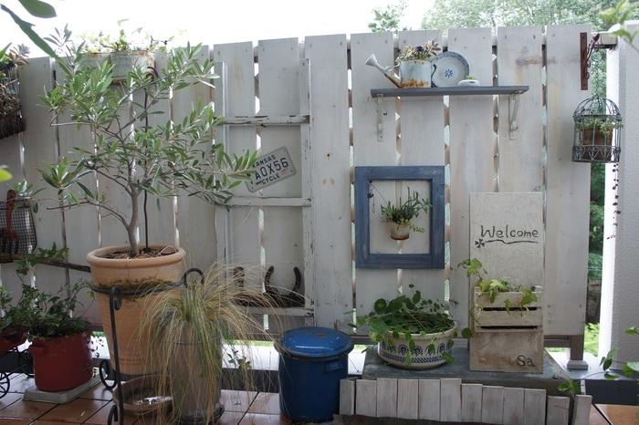 さらに、すのこや壁板などを利用すれば、空間を余すことなく使う事が出来ますね。お気に入りの雑貨を一緒に飾ったり、フックなどを利用して、壁を利用したディスプレイも楽しむことが出来ます。