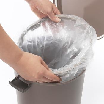 でも、どうしても気になるのがゴミ箱の「生活感」。例えば、内側にかぶせるビニール袋の見え方に悩んだ経験はありませんか?ゴミ箱の外側にビニールがはみ出していると、それだけで見た目がちょっと損なわれてしまいますよね。