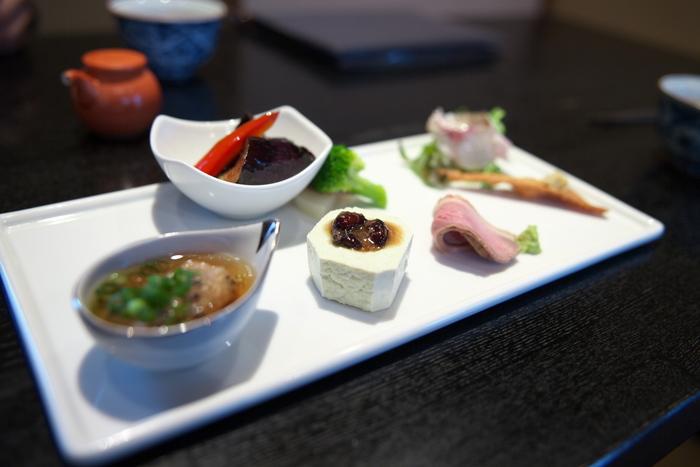 香り高い美味しいお蕎麦は勿論のこと、少しずつ美味しいものを頂ける蕎麦懐石や、天ぷら、酒の肴になる焼き物などメニューも豊富。